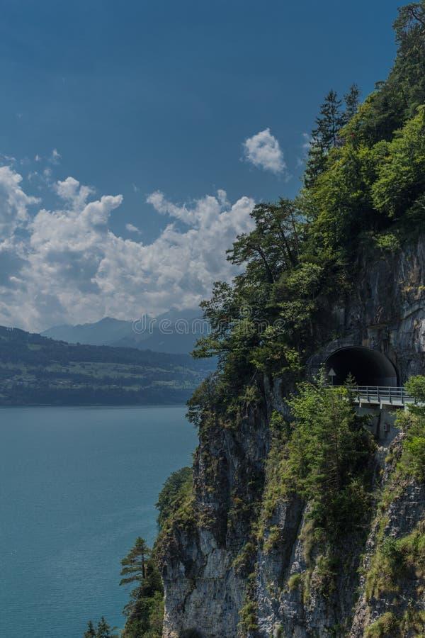 瑞士山间的美丽探险之旅  — 图恩湖/瑞士 库存照片
