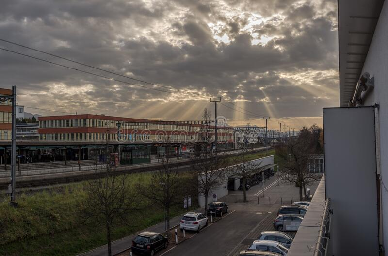 瑞士巴尔火车站,红楼照耀着阳光 库存图片