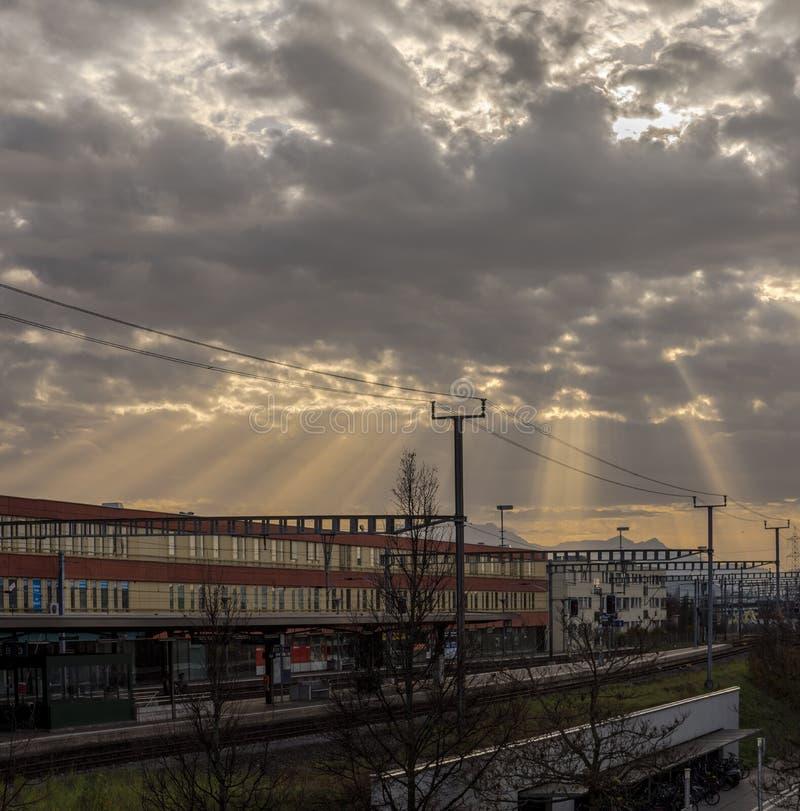 瑞士巴尔火车站,红黄色建筑上的阳光 图库摄影