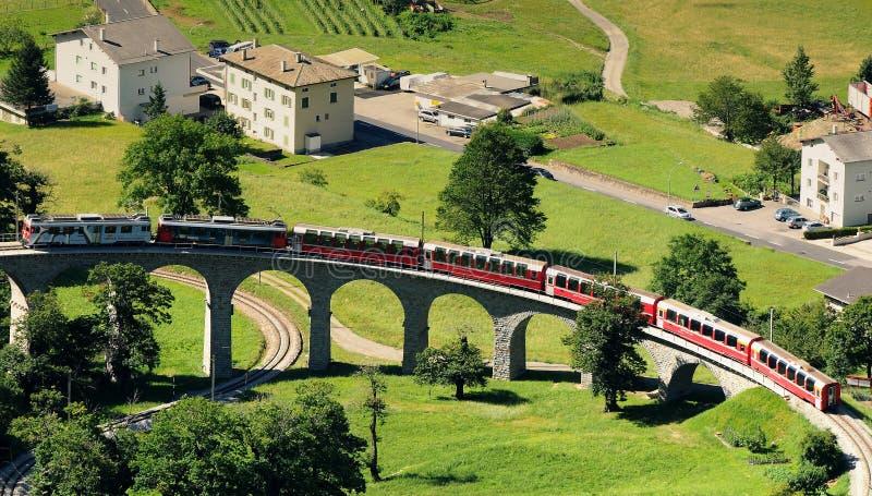瑞士红色火车Bernina明确在Brusio高架桥 免版税库存照片