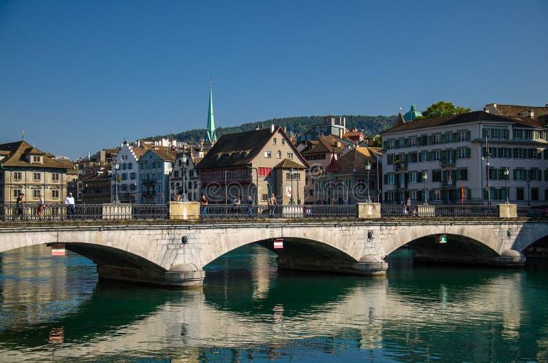 瑞士苏黎世 — 2016年9月13日:利马河上的蒙斯特布吕克大桥 免版税图库摄影
