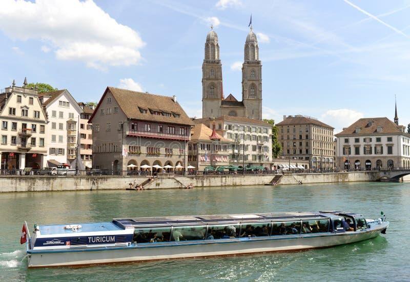 瑞士苏黎士- 2017年6月03日:在Limmatquai a的河船 免版税库存图片