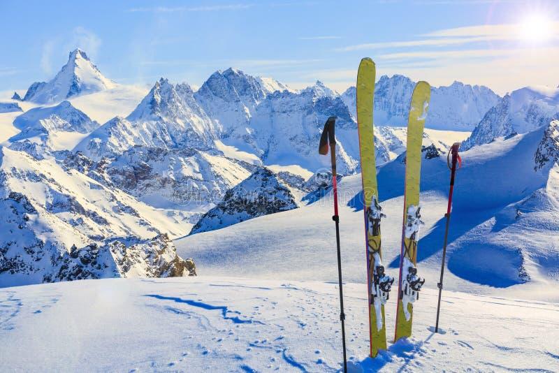 瑞士著名moutains惊人的看法在美丽的冬天雪的 马塔角和凹痕d ` Herens 在背景铸工 免版税库存照片