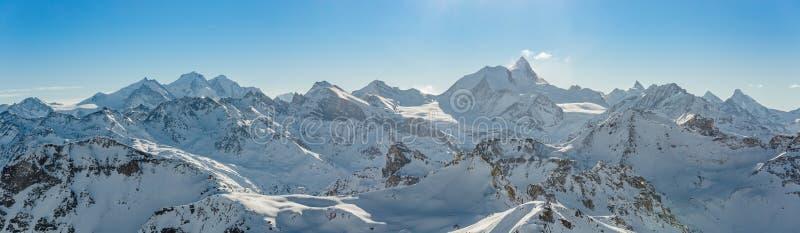 瑞士阿尔卑斯全景在冬天 免版税库存照片