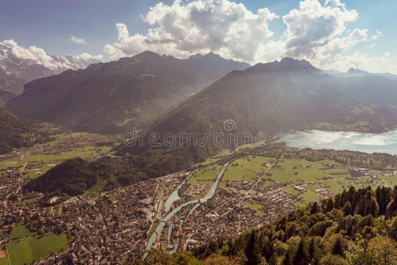 瑞士阿尔卑斯山脉lauterbrunnen村庄乡下公路 库存照片