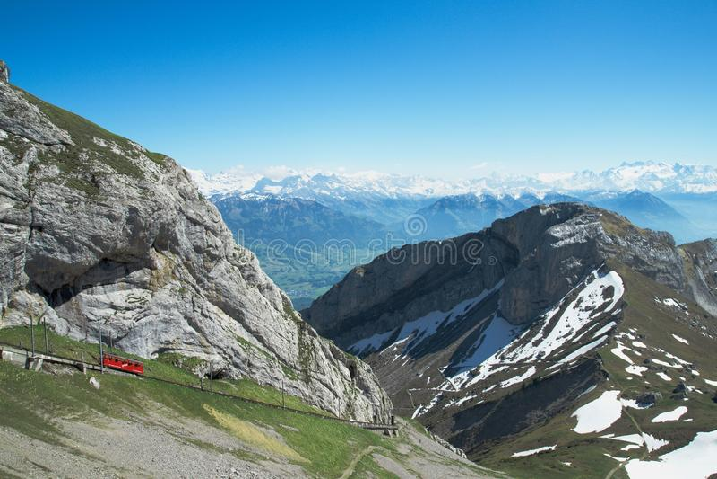 瑞士阿尔卑斯看法和最陡峭的钝齿轮从登上Pilatus训练在夏天 库存图片