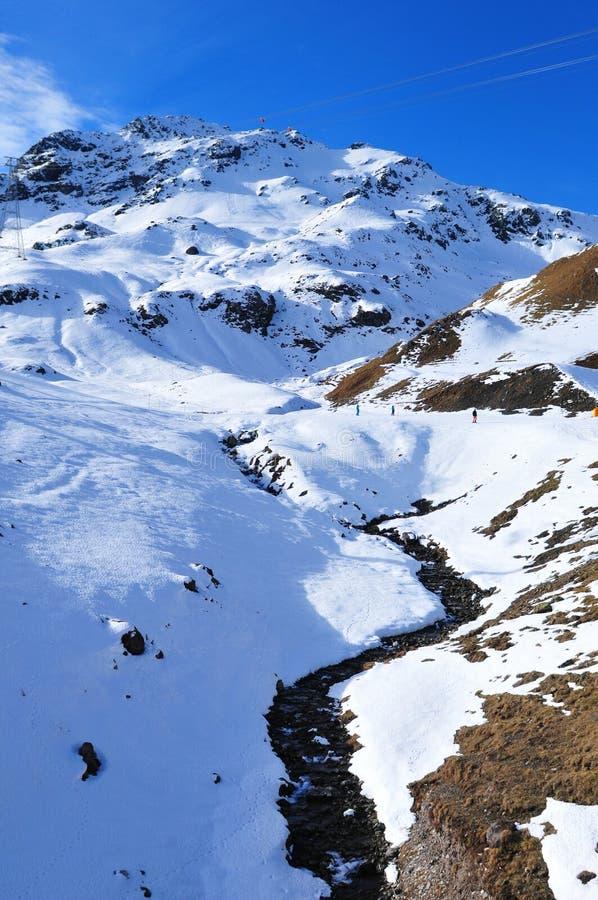 瑞士阿尔卑斯:在人为雪的滑雪在达沃斯市上的Parsenn 免版税库存图片