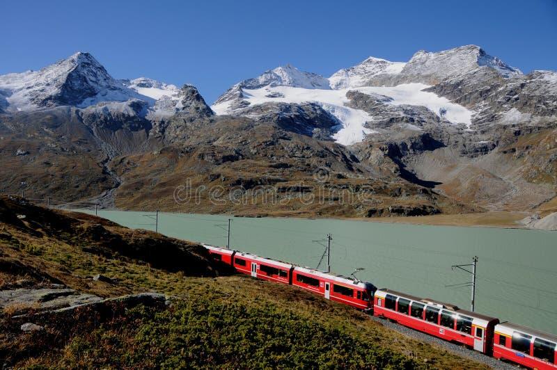瑞士阿尔卑斯:Bernina明确RhB火车 免版税库存照片
