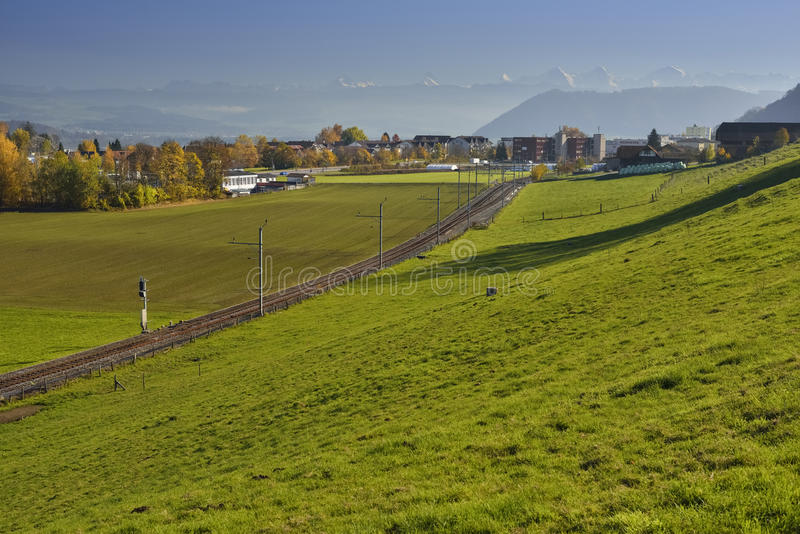 瑞士阿尔卑斯& x28; 伯纳Oberland& x29;从Gurten小山 免版税库存图片
