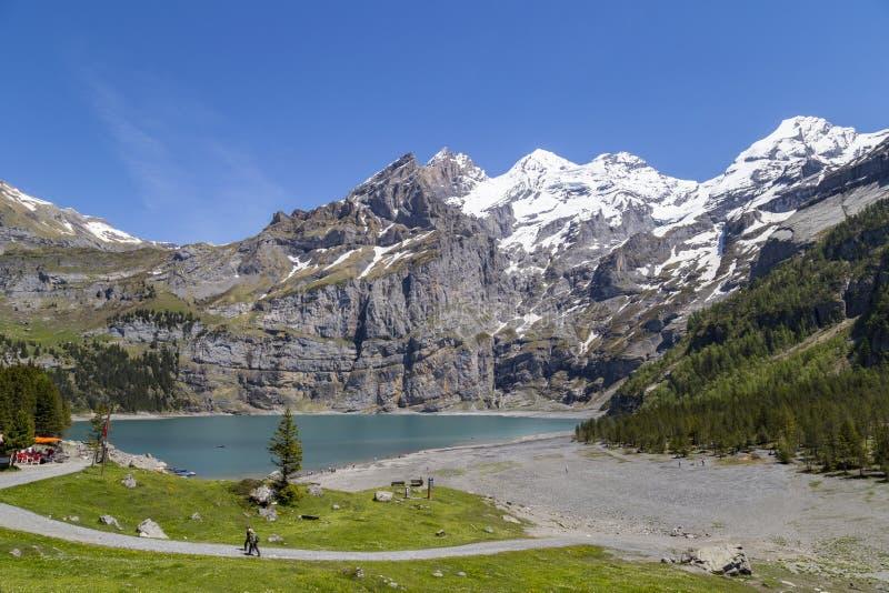 瑞士阿尔卑斯Oeschinensee (Oeschinen湖)和Bluemlisalp和Frundenhorn看法Bernese的Oberland 库存照片