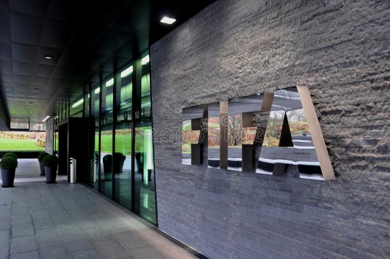 瑞士:在ZÃ ¼富有的国际足球联合会总部反射力量和 免版税图库摄影