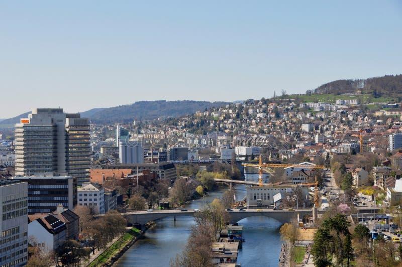 瑞士:对ZÃ ¼富有城市和t westend的全景  库存照片