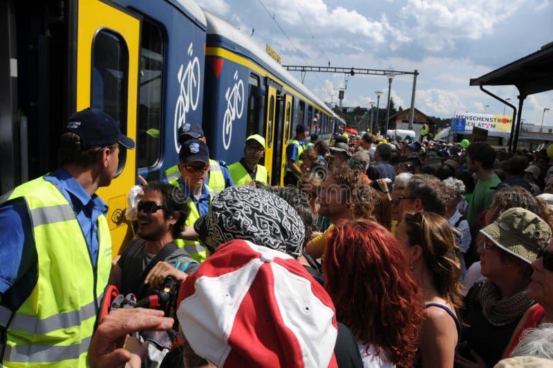 瑞士:送进SBB火车的上千群众在Döttingen在反核抗议以后在Beznau 免版税库存照片