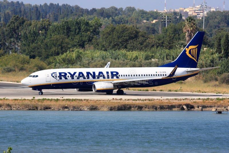 瑞安航空公司波音在科孚岛 免版税库存照片