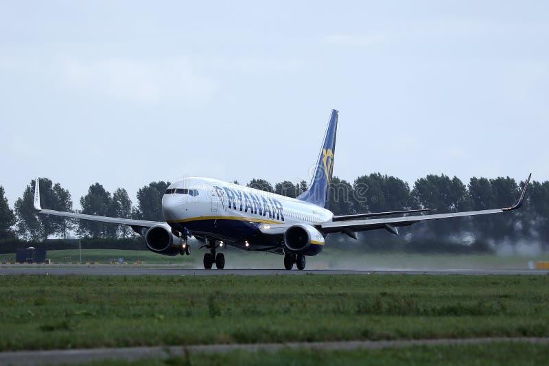 瑞安航空公司波音在阿姆斯特丹史基浦机场AMS的喷气机着陆 免版税库存图片