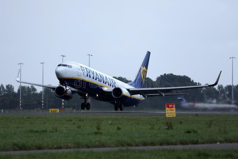 瑞安航空公司波音在阿姆斯特丹史基浦机场AMS的喷气机着陆 免版税库存照片