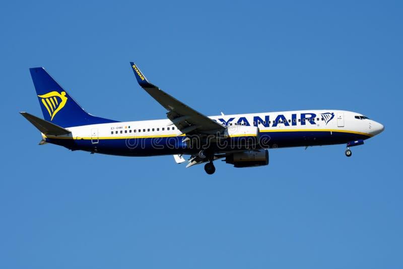 瑞安航空公司波音737-800 EI-DWI客机着陆在马德里巴拉哈斯机场 库存图片