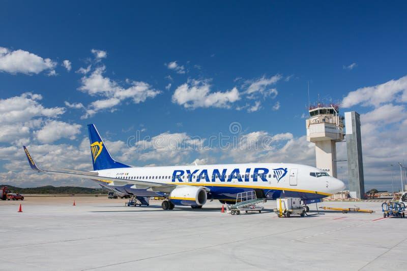 瑞安航空公司航空公司飞机波音737在希罗纳机场在晴天 库存图片
