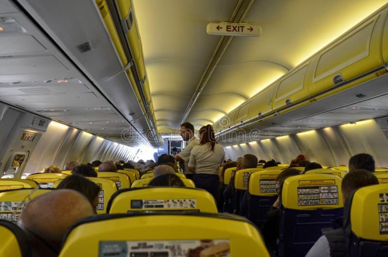 瑞安航空公司飞行的内部看法到伦敦斯坦斯特德机场 库存照片