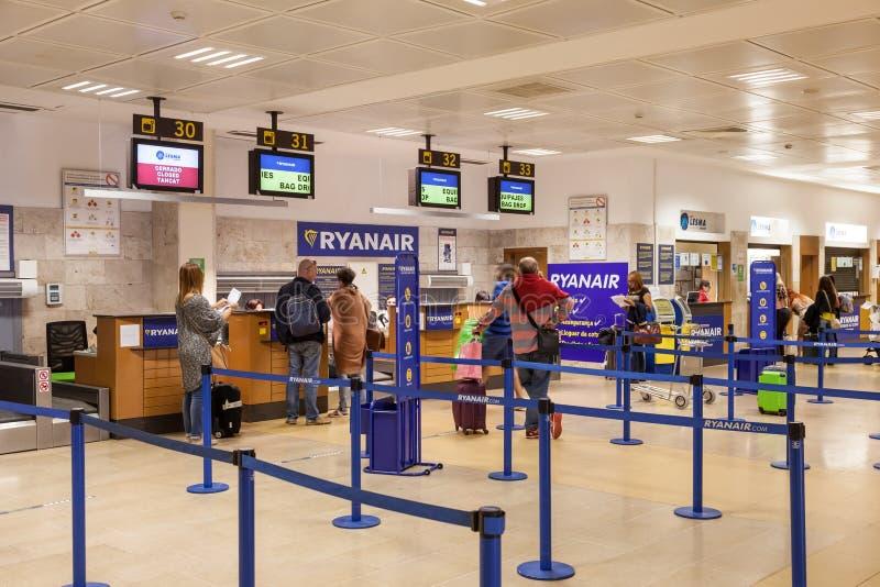 瑞安航空公司登记处柜台 免版税图库摄影