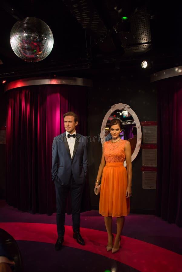 瑞恩・高斯林和伊娃・门德斯在杜莎夫人蜡象馆博物馆  库存照片