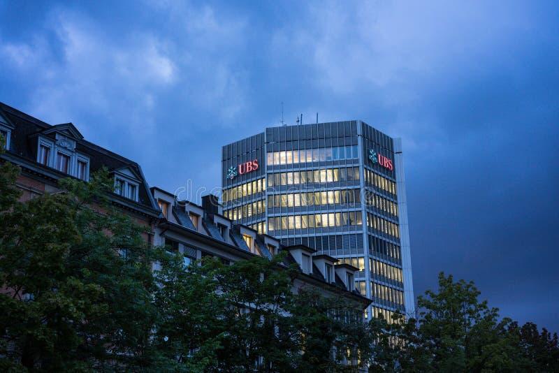 瑞银银行办公楼在瑞士苏黎士在与天空和云彩,仅社论用途的晚上 免版税库存图片