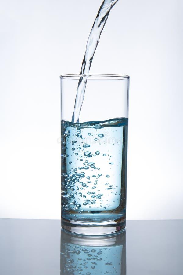 玻璃倾吐的水 库存图片