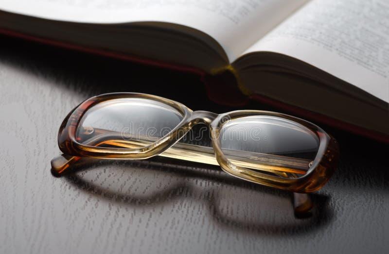 玻璃和书 免版税库存照片