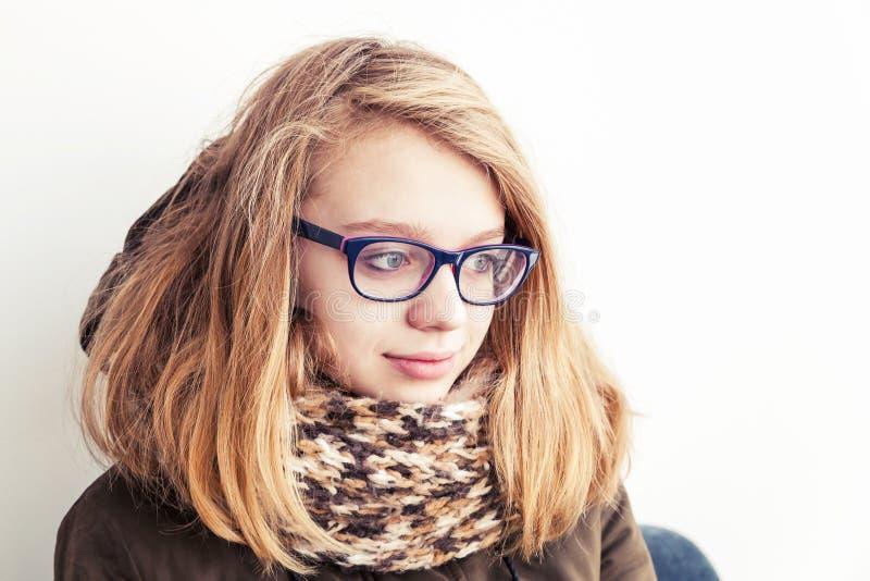玻璃和温暖的围巾的白种人十几岁的女孩 免版税库存照片
