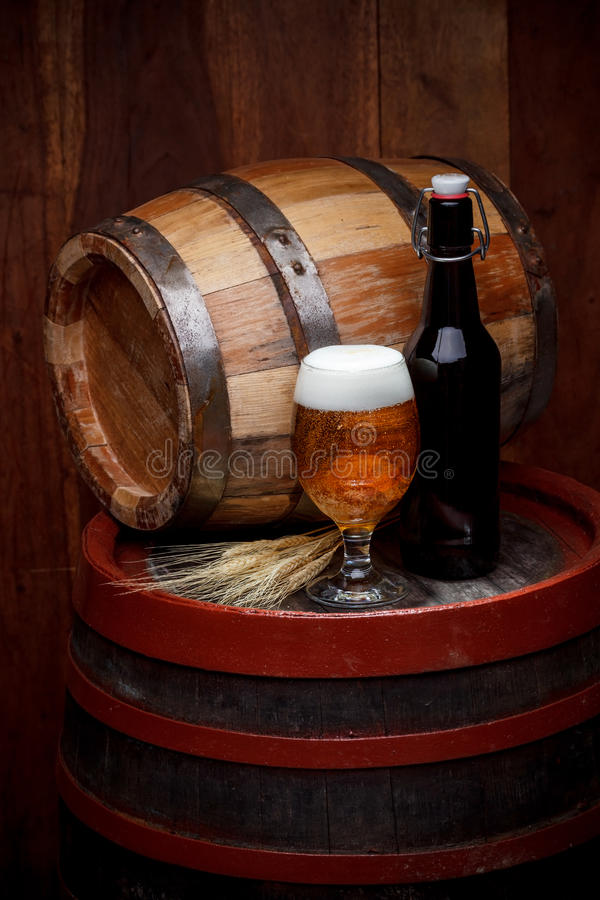 玻璃和瓶新鲜的啤酒 免版税库存照片