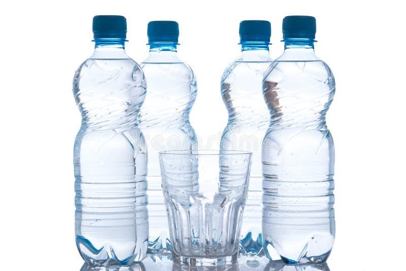 玻璃和瓶有淡水的 免版税库存图片