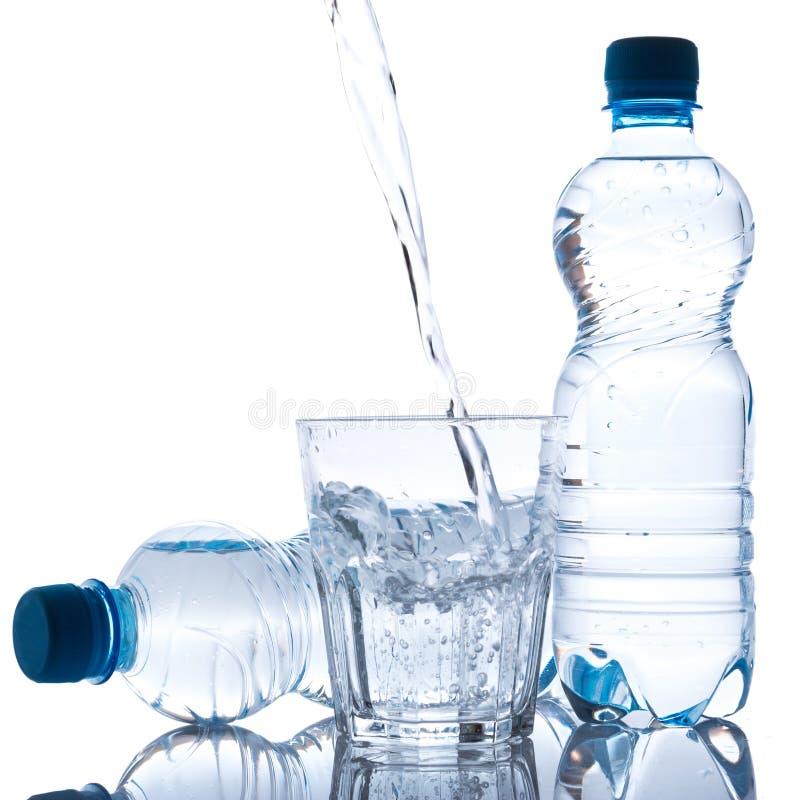 玻璃和瓶有淡水的 免版税库存照片