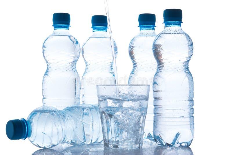 玻璃和瓶有淡水的 免版税图库摄影
