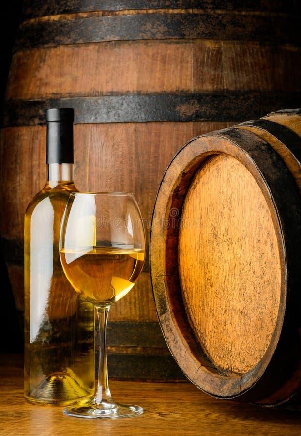 玻璃和瓶白葡萄酒 免版税库存图片