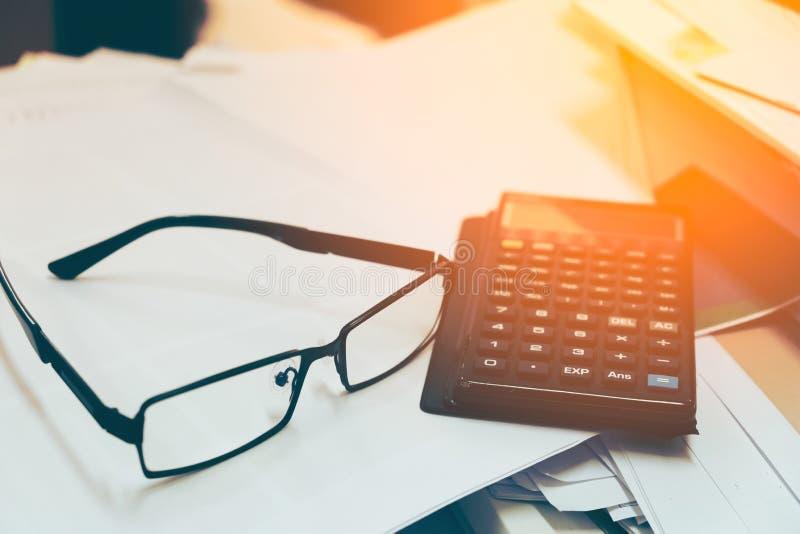 玻璃和计算器在文件报告纸企业概念 库存照片