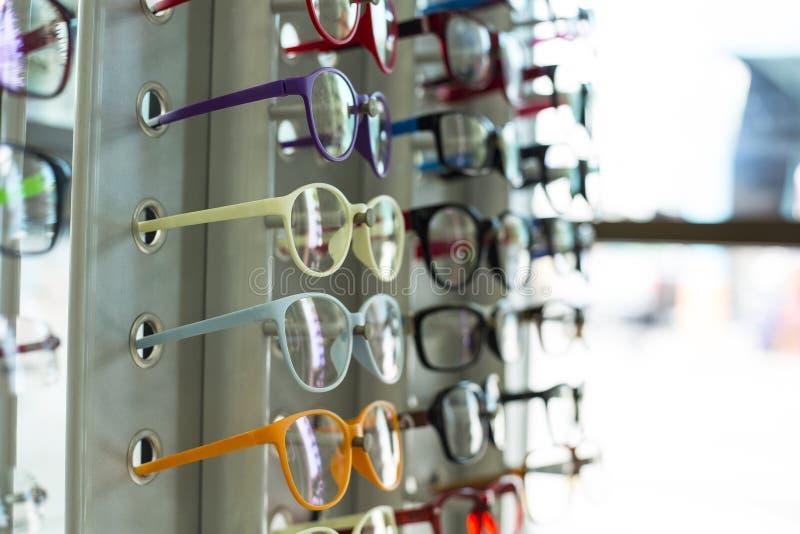 玻璃商店五颜六色吊的展示 库存照片