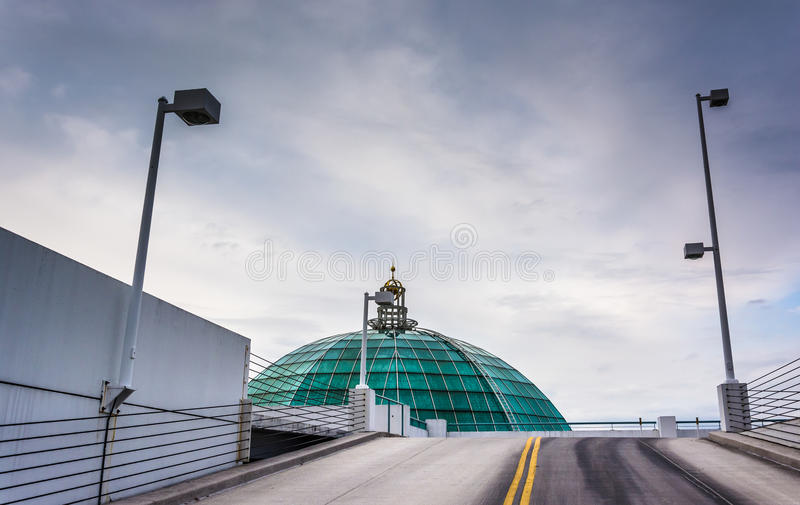 玻璃圆顶和停车库舷梯在Towson,马里兰 库存图片