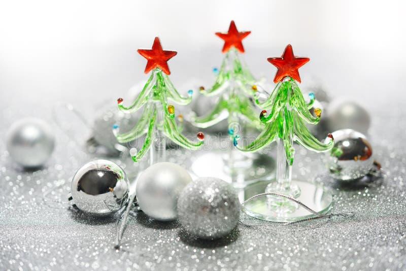 玻璃圣诞树和银圣诞节球 免版税库存照片