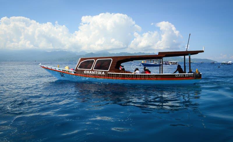 玻璃在海的底部小船在巴厘岛,印度尼西亚 库存照片
