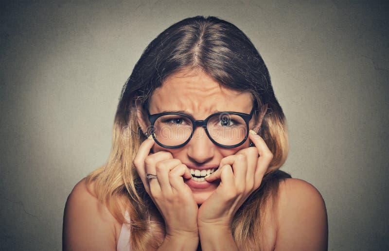 玻璃学生尖酸的指甲盖的被注重的急切少妇女孩 免版税库存图片