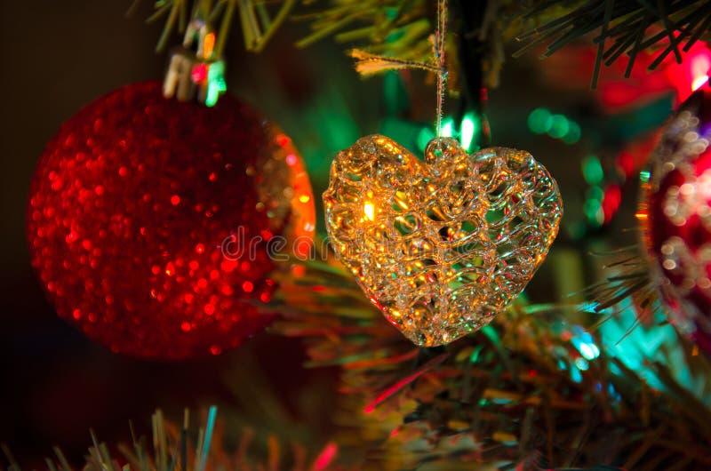 玻璃心脏圣诞树装饰装饰品 免版税库存照片