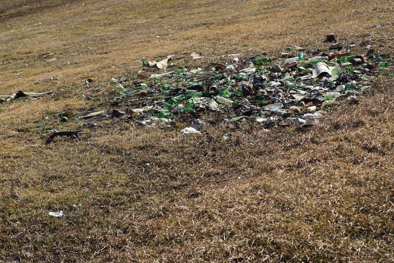 玻璃液塑料废物沾染的自然-污染 库存照片