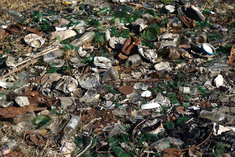 玻璃液塑料废物沾染的自然-污染 库存图片