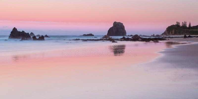 玻璃温室晃动海滩在日落 免版税库存照片
