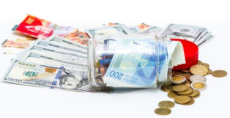 玻璃瓶子堆与新200 NIS的新的以色列锡克尔钞票和堆美元 库存图片