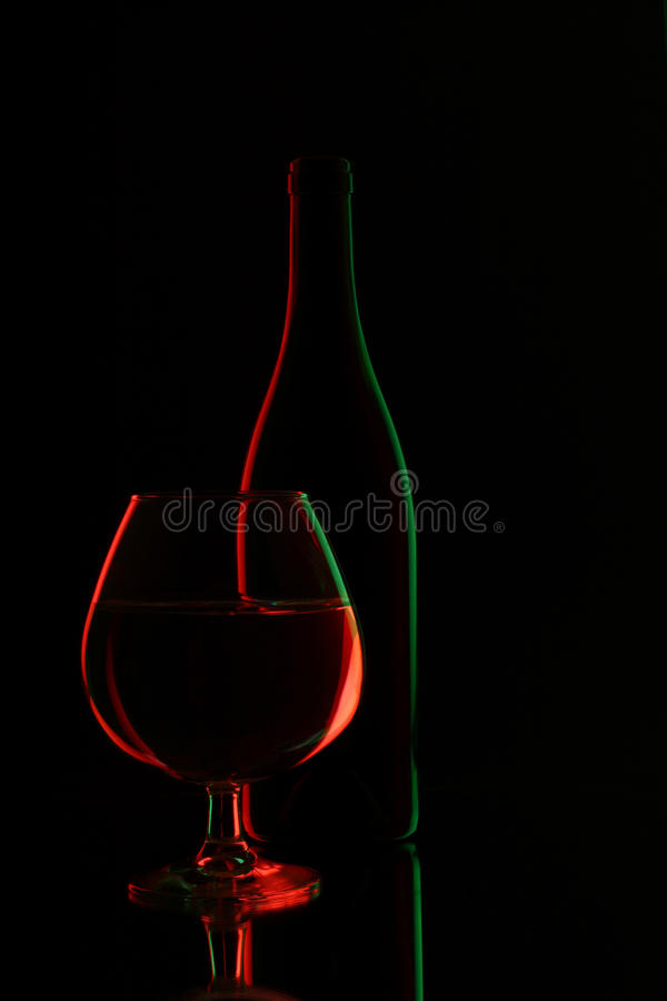 玻璃瓶酒和葡萄酒杯 库存图片