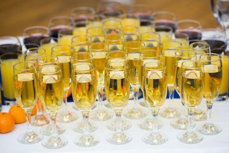 玻璃用在党桌上的香槟 全部  库存图片