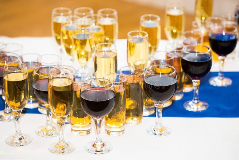 玻璃用在党桌上的香槟 全部  库存照片