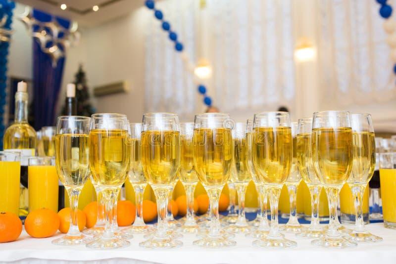 玻璃用在党桌上的香槟 全部  免版税图库摄影