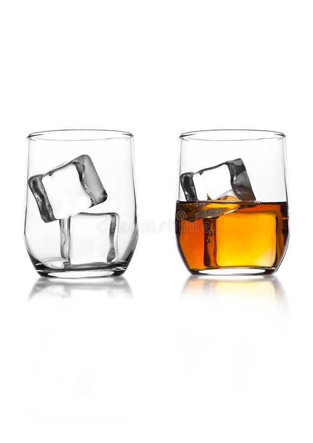 玻璃用威士忌酒和冰块在白色 免版税库存照片